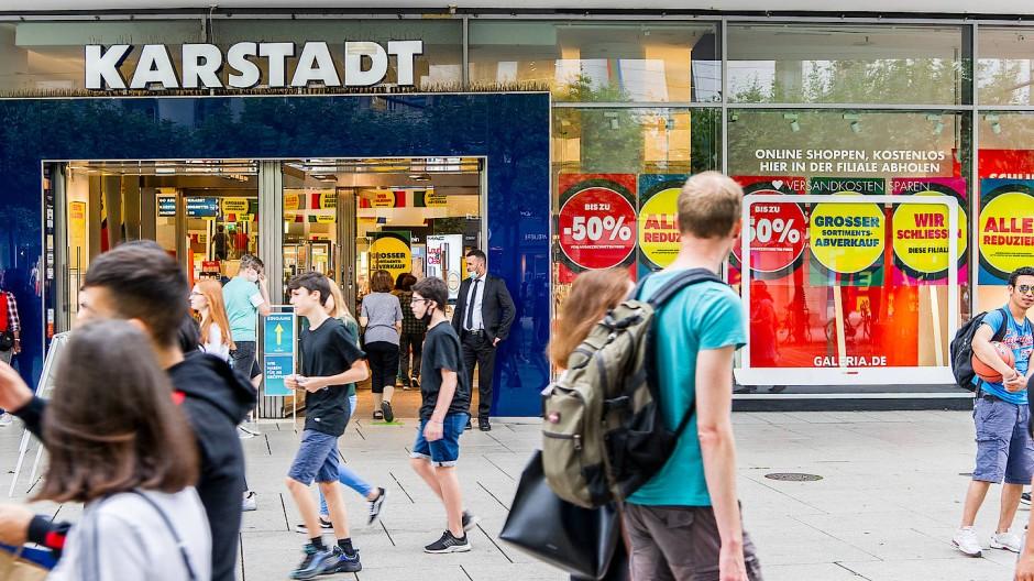 Alles muss raus: Bei Karstadt an der Frankfurter Zeil läuft der Ausverkauf. Ende Oktober ist Schluss, wenn es nicht doch noch anders kommt.
