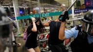 Schlagstöcke und Tränengas – die Polizei ist nicht zimperlich am Flughafen Hongkong.