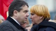 """Die Parteivorsitzenden Sigmar Gabriel und Claudia Roth: Zeit für ein weiteres """"rot-grünes Projekt""""?"""
