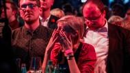 Erschüttert: SPD-Anhänger am Sonntagabend in Düsseldorf