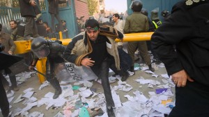 Iraner stürmen britische Einrichtungen