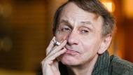 Schriftsteller Michel Houellebecq gibt sich nie als Intellektueller. Hier im Interview in der Raucher-Lounge des Savoy Hotels in Berlin.