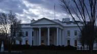 Das Weiße Haus, Amtssitz des amerikanischen Präsidenten in Washington, in der Morgendämmerung.