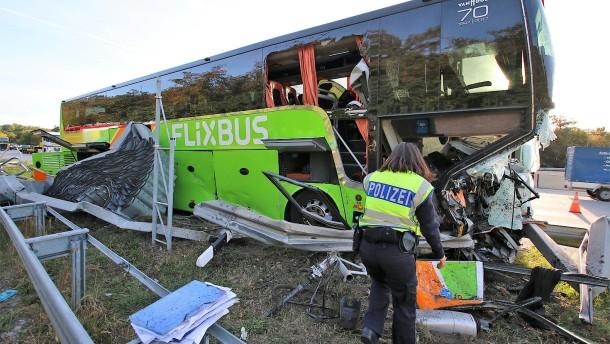 Flixbus prallt auf A5 ungebremst gegen Leitplanke
