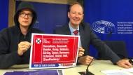 Martin Sonneborn (rechts), Satiriker, und Kabarettist Nico Semsrott geben im Europaparlament eine gemeinsame Pressekonferenz zur Europawahl.