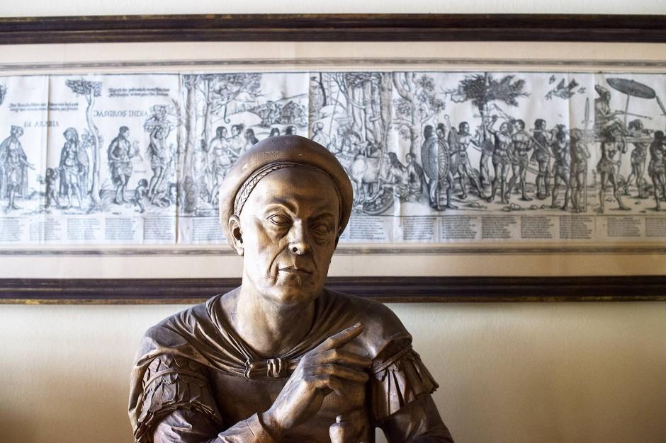 """Kaminsims im Verwaltungsgebäude mit einem Originalstich von Burgkmair d. Ä. (""""Reise nach Indien) und einer Büste von Jakob Fugger."""