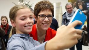 Kramp-Karrenbauer will im Wahlkampf Regeln für Influencer