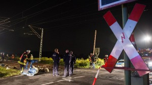 Autofahrer stirbt nach Zusammenstoß mit ICE