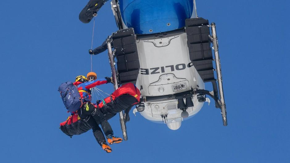 Gut vorbereitet: Ein Bergwachtmann bei einer Lawinenübung in Bayern 2018