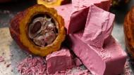 """Die neue """"Ruby Chocolate"""" schmeckt nach Karamell, Sahne und Beeren, sagen die Profis. Bald soll es sie auch im Supermarkt geben."""