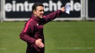 Gegen Leipzig spielen und schon an Dortmund denken: Eintracht-Trainer Kovac und seine Assistenten bereiten beide Spiele simultan vor.