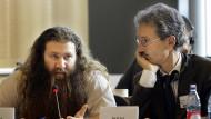 Murat Kurnaz und sein Anwalt Bernhard Docke aus Bremen 2006 im Europaparlament.