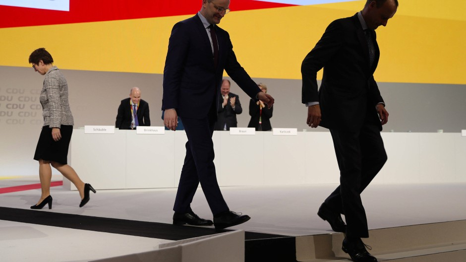 Vor einem Jahr: Nach der Wahl Kramp-Karrenbauers zur CDU-Vorsitzenden verlassen Jens Spahn und Friedrich Merz die Parteitagsbühne.