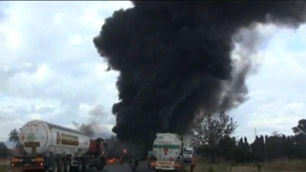 Benzintanker explodiert inmitten einer Menschenmenge