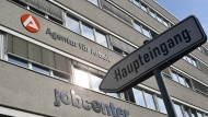 """Weimar: Ein Schild """"Haupteingang"""" zeigt auf das Gebäude der Agentur für Arbeit."""