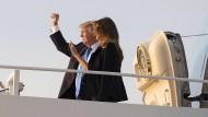 Donald Trump und seine Ehefrau Melania besteigen die Air Force One für ihren Flug nach Paris.