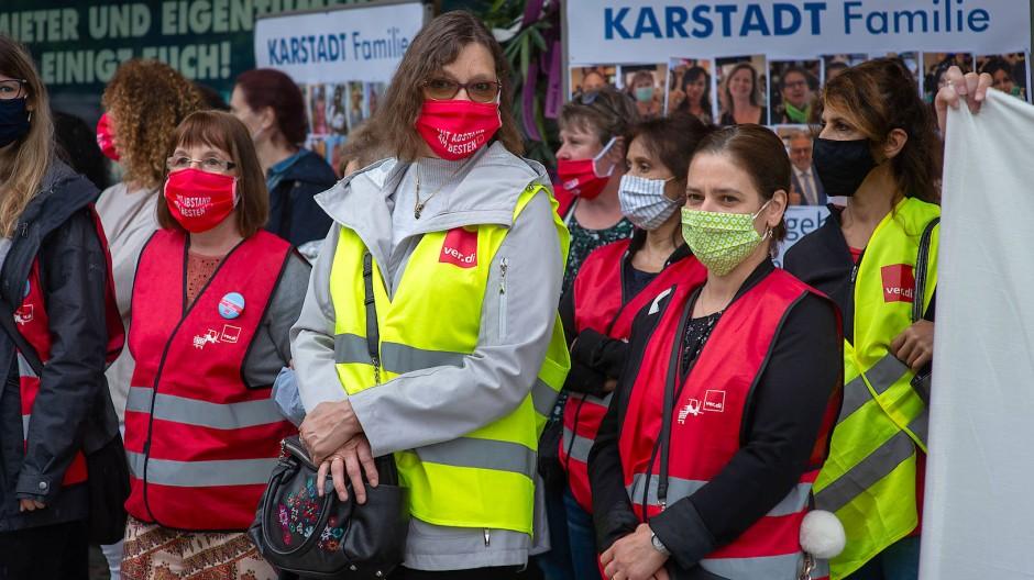 Dauerprotest gegen die Schließung: Beschäftigte der Karstadt-Filiale an der Frankfurter Zeil wollen ihre Karstadt Familie bewahren.