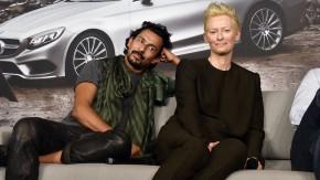 Haider Ackermann und die britische Schauspielerin Tilda Swinton bei einer Mercedes-Benz Fashio-Kampagne
