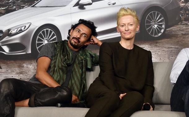 Haider ackermann und die britische schauspielerin tilda swinton bei