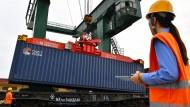 Güterzug nach Hamburg: Container-Verladung auf einem Güterbahnhof in Haicang.