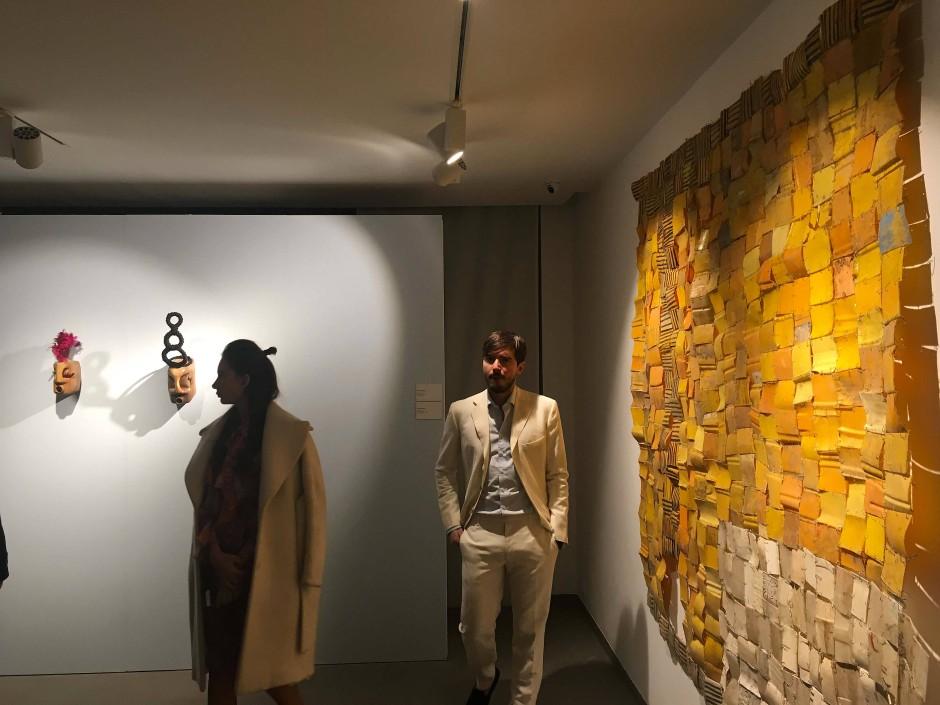 Besucher in Kaschmir vor Kunst aus Plastikmüll