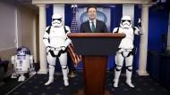 """Amerikas Regierungssprecher Josh Earnest posiert mit """"Star Wars""""-Figuren im Weißen Haus"""