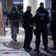 Hier fielen in der Nacht zum Samstag Schüsse: Polizisten und SEK stehen vor einem Haus an der Stresemannstraße in Kreuzberg.