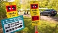 Immer schön vorsichtig: Hinweisschilder im Tierpark Hagenbeck in Hamburg