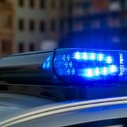Ein Blaulicht leuchtet auf dem Dach eines Streifenwagens. (Symbolfoto)