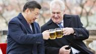 Bessere Zeiten: Zeman mit Xi in Prag im März 2016