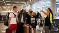 Passagiere des insolventen Reisekonzerns Thomas Cook am Flughafen von Palma de Mallorca.