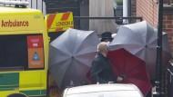 Abgeschirmt: Prinz Philip verließ das König Edward VII Krankenhaus durch einen Seiteneingang.
