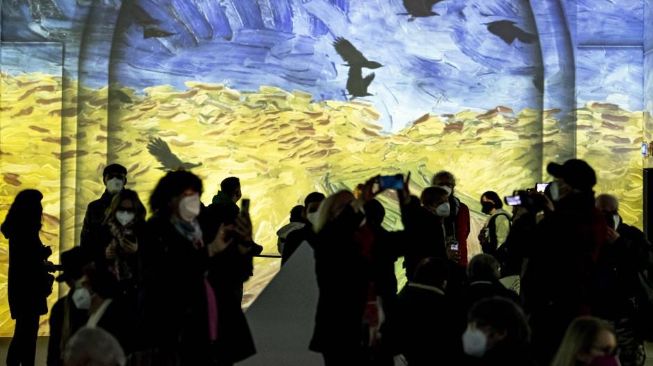 Unterwegs - aber mit Maske: Besucher bei einer Van Gogh-Ausstellung in Berlin.