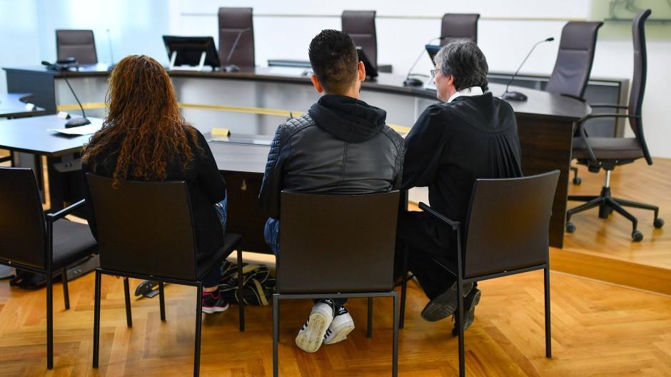 Anerkannt oder nicht? Zwei Flüchtlinge aus Syrien und ihr Anwalt warten im Stuttgarter Verwaltungsgerichtshof.