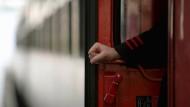 Schwarzfahrer prügelt Zugbegleiter krankenhausreif