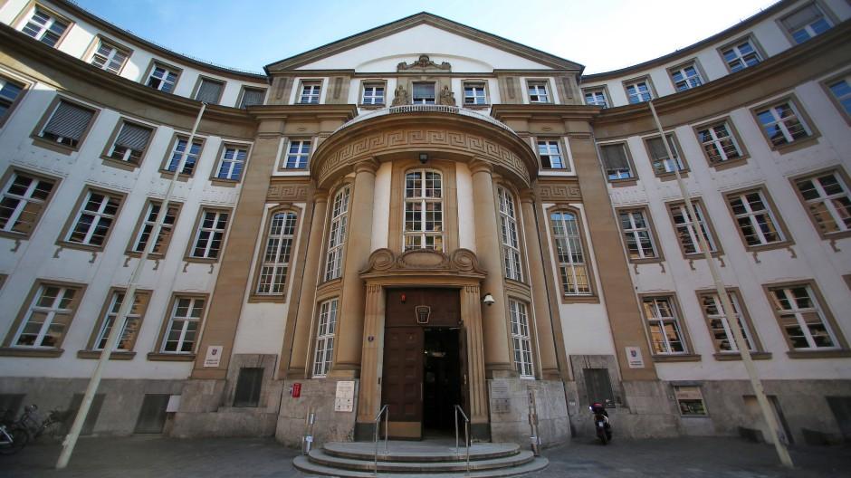 Prozess am Landgericht Frankfurt: Der Anklage zufolge wollte der Mann mit dem Auto entkommen.