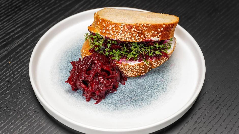Koscher und innovativ: Der Rote-Bete-Sandwich besteht aus Chala (traditionelles Brot für Shabbat), marinierter roter Beete und Chermoulae.