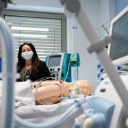 Dilek Kalayci, Berlins Gesundheitssenatorin, auf der Intensivstation des Vivantes Humboldt-Klinikum