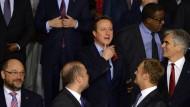 Bleib bei uns: Premier Cameron zwischen EU-Vertretern und Staatschefs.