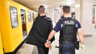 Im Einsatz: Ein Berliner Polizist mit Verdächtigem im U-Bahnhof Kottbusser Tor.