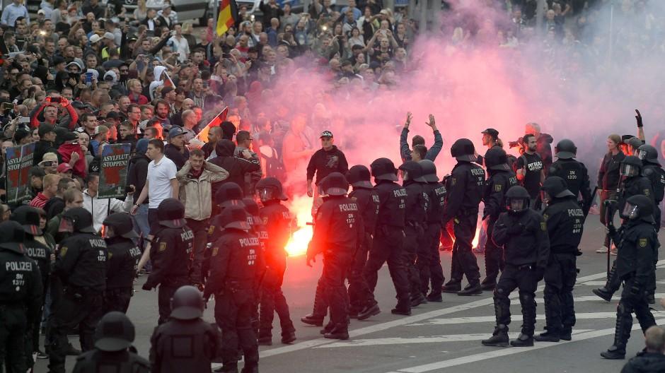 Demonstranten und Polizisten am Montag in Chemnitz