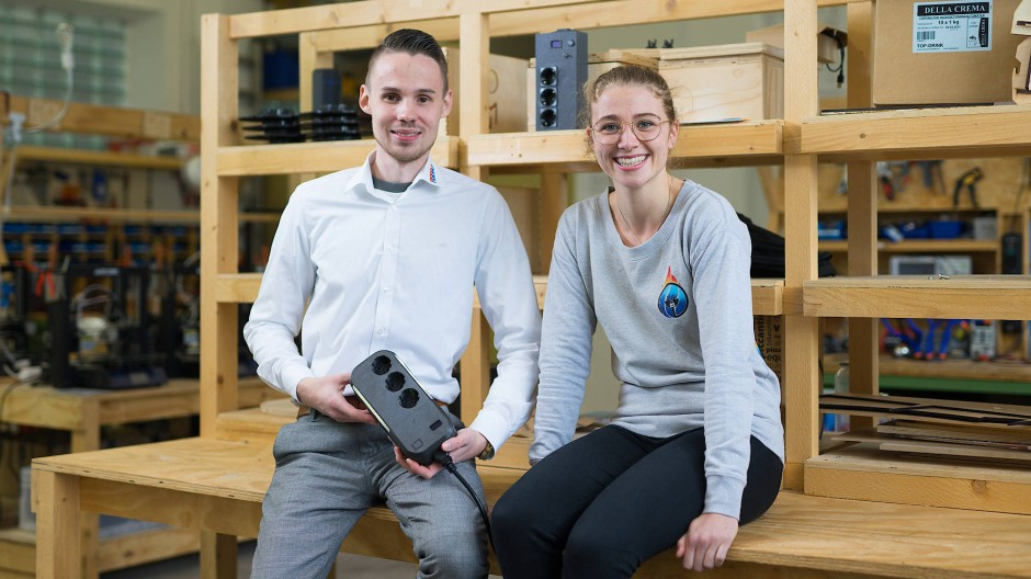 FISEGO-Gründer: Die Studenten Fabian Goedert und Sophia Reiter mit der von ihnen entwickelten Steckdose.