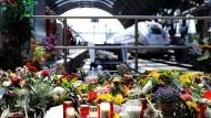Zeichen von Trauer: Reisende haben Blumen abgelegt, um des umgebrachten Kindes zu gedenken.