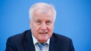 Seehofer kritisiert EU-Kommission scharf