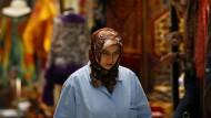 Eine Frau geht über den Großen Basar in Istanbul.