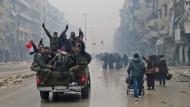 Anhänger des Assad-Regimes fahren durch Aleppo und feiern ihren Sieg.