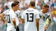 Bei der WM noch gemeinsam im DFB-Dress aktiv: Toni Kroos (r.) und Mesut Özil (l.)