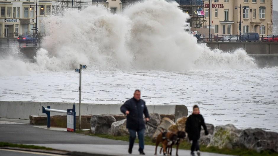 Sturm wütet an Küsten Großbritanniens