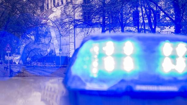 Raser fährt mit Blaulicht durch Berlin