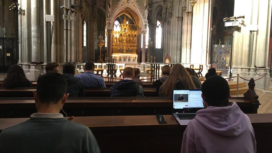 Mit Laptop in der Kirche